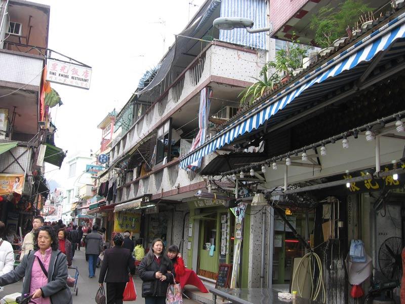 Streets-of-Cheung-Chau-Isla.JPG