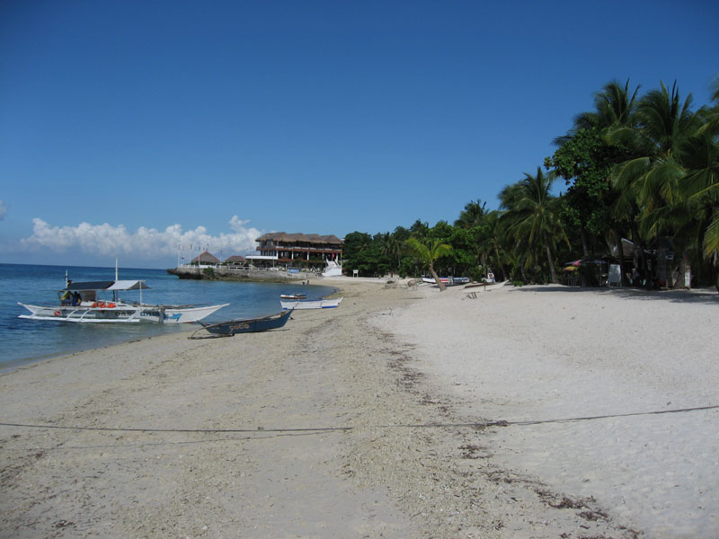 11.bounty.beach.with.biggest.resort.of.island.at.the.end.jpg