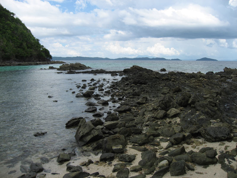 Walking from one island to another in Pagdanan Bay