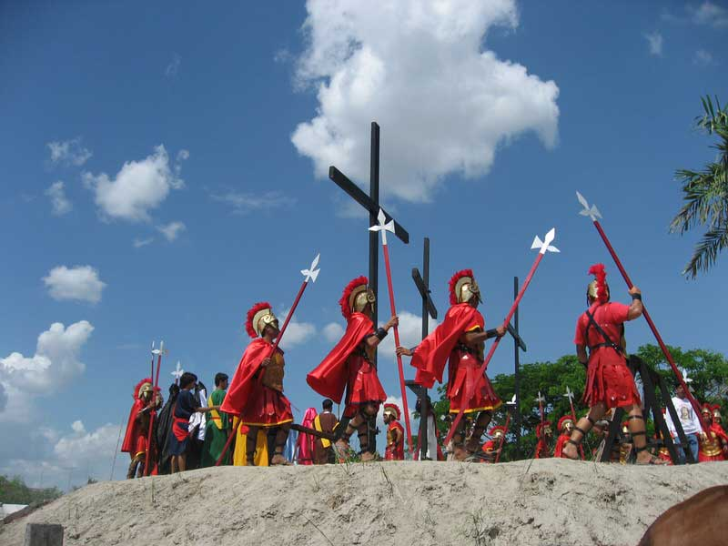 Filipino Roman centurions arrive to prepare the cross for the penitent