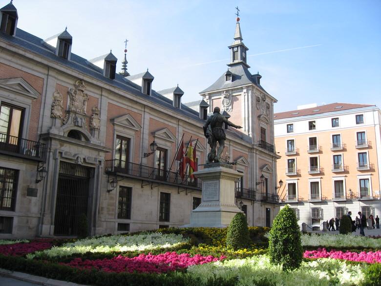 Plaza de la villa with at its center the statue of Admiral Alvaro de Bazan